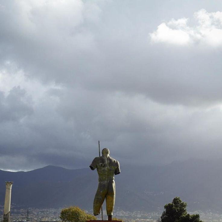Pompeii'ye gelip bir de aklını başından alacak bir açık hava sergisiyle karşılaşmak paha biçilmez Monte Vesuvio'ya karşı duran bu eser favorim oldu. Sol omuza zoom  #shukineshu #montevesuvio #pompeii #italy #italia #openairexhibition