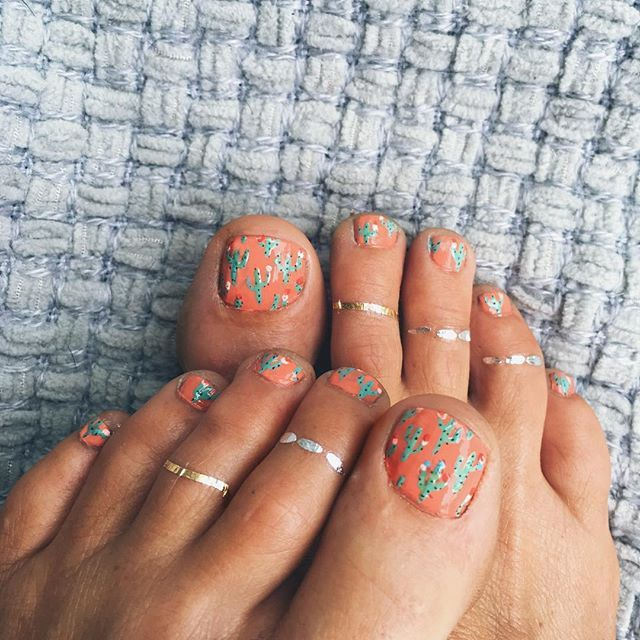 Add some zing to your toes with our 'Goldfish Kiss' Flash Tattoo pack here: http://www.flashtat.com/goldfish-kiss-by-rebekah-steen/
