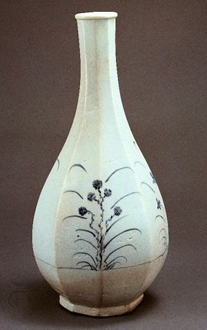 Faceted porcelain bottle with blue floral design, 17th century, in the National Museum of Korea, Seoul. Height 41,5 cm.