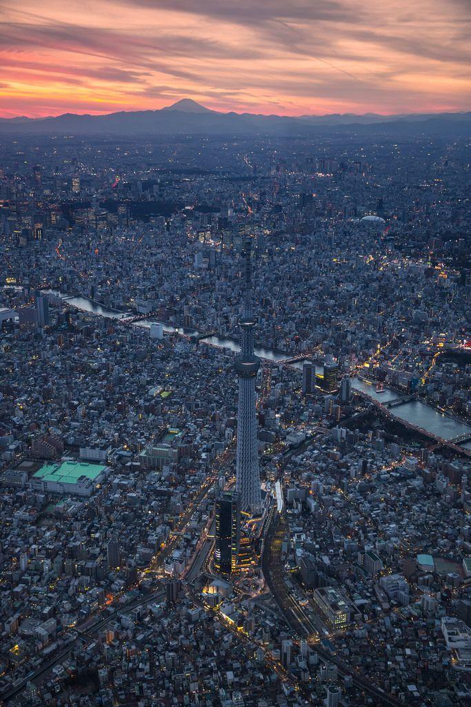 東京スカイツリーを空から撮影し、背景に富士山と夕日をとらえた画像。  (via http://attrip.jp/134529/ )