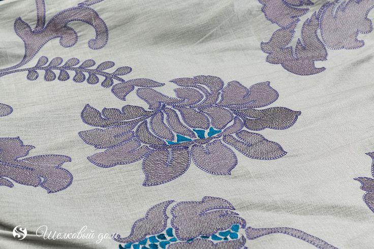 Серая ткань под дикий шелк с фиолетовыми цветами