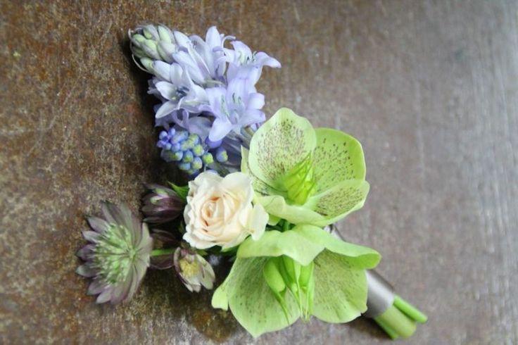 Hochzeitsanstecker für  den Bräutigam mit frischen Blumen. Farben: blau, creme, grün, violett. Design von Blickfang Tropp Österreich