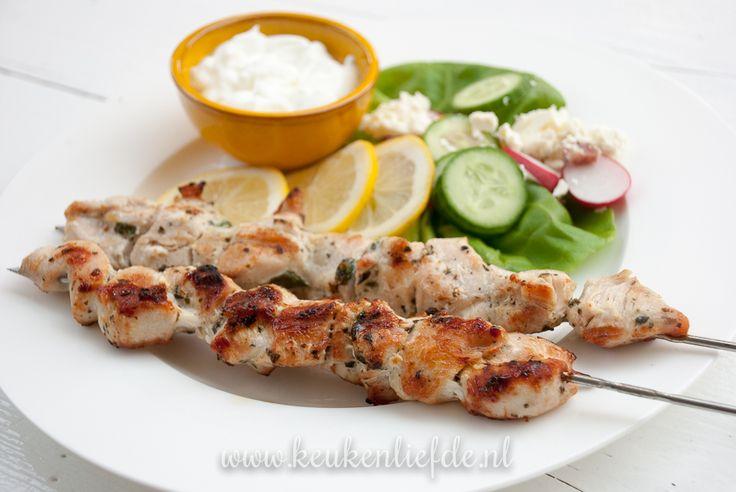 Haal de smaak van Griekenland op je bord met deze kip souvlaki! Heerlijke stukjes kip gemarineerd in Griekse smaakmakers als citroen, knoflook en oregano.