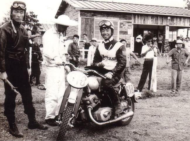 1958年浅間クラブマンレース この人宇野順一郎さん 通称う~やん 初期の浅間クラブマンから 雁ノ巣 横田基地 スズカ 筑波 TIサーキット 1958年以来今日に至るも レーサーとしてライダー活動を続けておられる。しかもモーターサイクルのみ。 昨年は念願のマン島TTに出場 50cc(BS2気筒)完走された。