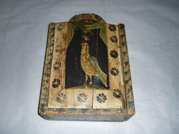 Schooltas in de vorm van een kist van hout met afschuifbare deksel (A t/m B) met geschilderde afbeelding van een vogel.