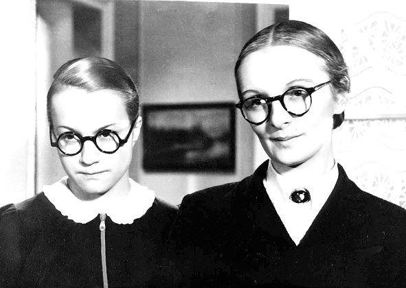Mravnost nade vše, 1937 (režie Martin Frič)  Adina Mandlová, Světla Svozilová