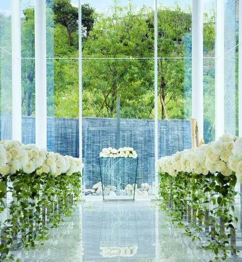 アクアベールチャペル:3面ガラス張りで自然光差し込むチャペルからは水辺と木々が見え、森の中で結婚式をしているかのようです。祭壇の奥には滝が流れ、神秘的な挙式が実現できます♪ | ララシャンス博多の森(福岡県:ゲストハウス) | 結婚式場・結婚準備の口コミサイト-みんなのウェディング [写真から探す]