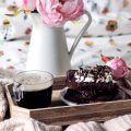I french toast al cioccolato sono una vera golosità. E' la colazione tipica dei paesi americani,e anglosassoni,che da qualche anno è sbarcata anche in Italia, portando con se il suo carico di bontà e golosità. Dalle mille varianti e ripieni, i french toast al cioccolato sono l'idea leggera, perché senza burro, da gustare assieme a chiami nel giorno più romantico dell'anno.  I french toast al cioccolato si preparano in 5 minuti e hanno una cottura molto breve. Una volta inzuppati in una…
