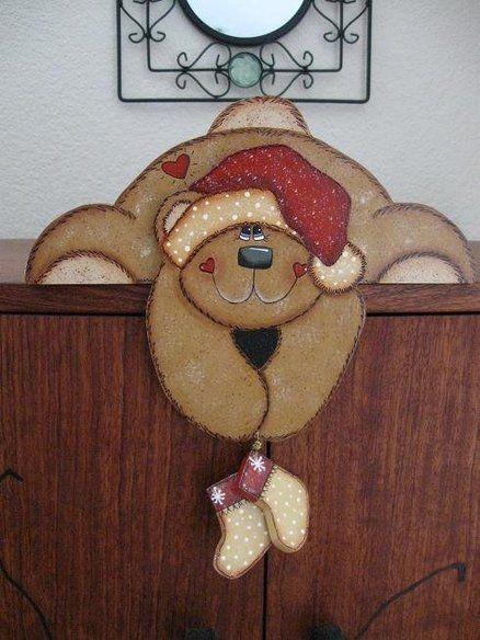 bordes de puertas decoradas con motivos navideños
