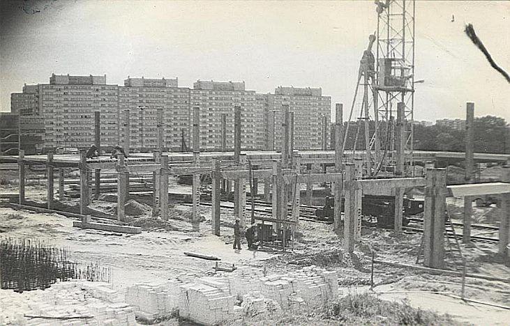 """Budują się Łódzkie Zakłady Przemysłu Skórzanego """"SKOGAR """". 1972?"""