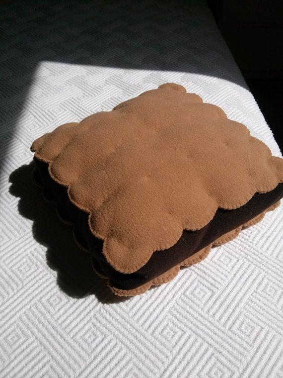 Cuscino biscotto al cioccolato di Rossyland su Etsy, €20.00