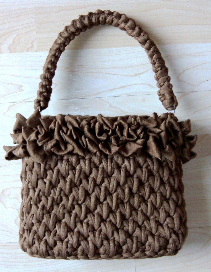 """Bolso de mano """"Kelly"""" hecho con trapillo en color marrón tostado. Punto cesto y punto bucle en la parte superior."""