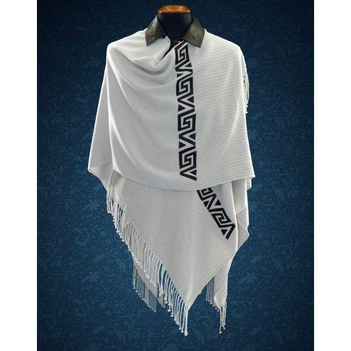 Hermoso poncho con cuello y aplique de cuero, confeccionado en lana y acrílico. Abrigado y elegante.