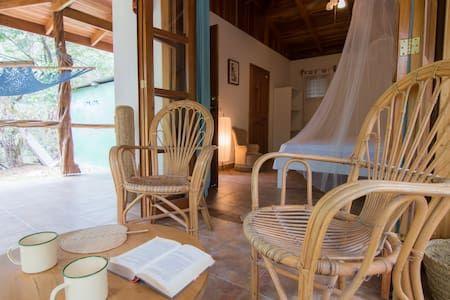 Schau Dir dieses großartige Inserat bei Airbnb an: Makanas 'beachside bungalows' - Bed & Breakfast zur Miete in Santa Teresa Beach