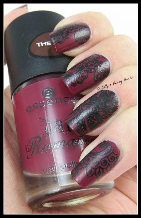 http://www.bettysbeautybombs.com/2014/10/07/gothic-nail-art-stamping/ / Gothic lace nail art stamping