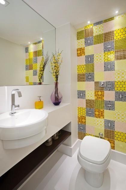 Lavabo com parede em azulejos estampados na cor amarela