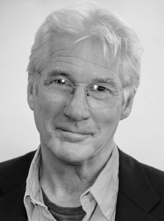 Richard Gere 31-08-1949 Amerikaans acteur. Hij won in 2003 een Golden Globe met zijn rol in Chicago. Gere is een aanhanger van het Tibetaans boeddhisme en een verdediger voor de mensenrechten in Tibet. Hij was voorheen getrouwd met Cindy Crawford. Hij woonde samen met Carey Lowell. Ze hebben samen een zoon: Homer James Jigme Gere. Ze gingen in 2013 uit elkaar. https://youtu.be/UHs_1hJTieI