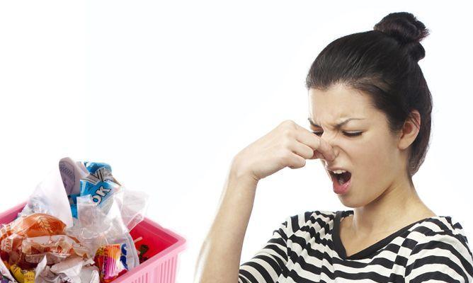 5 trucos para evitar el mal olor del cubo de basura .-  http://www.hogarmania.com/hogar/limpieza-orden/cocinas-banos/201309/trucos-para-evitar-olor-cubo-21319.html