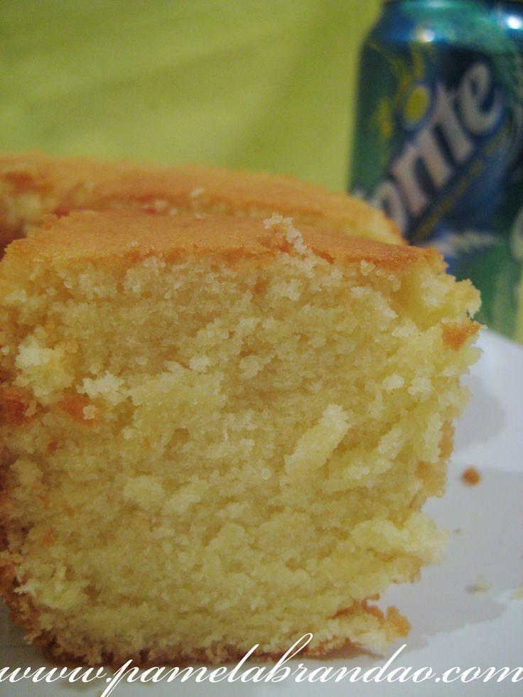 Gente, que bolo é esse, nunca havia ouvido falar em bolo com refrigerante, até que vi esta receita, e como dizia que era um pão de ló perfeito, lógico que eu iria testar, ainda mais sendo com Sprit...