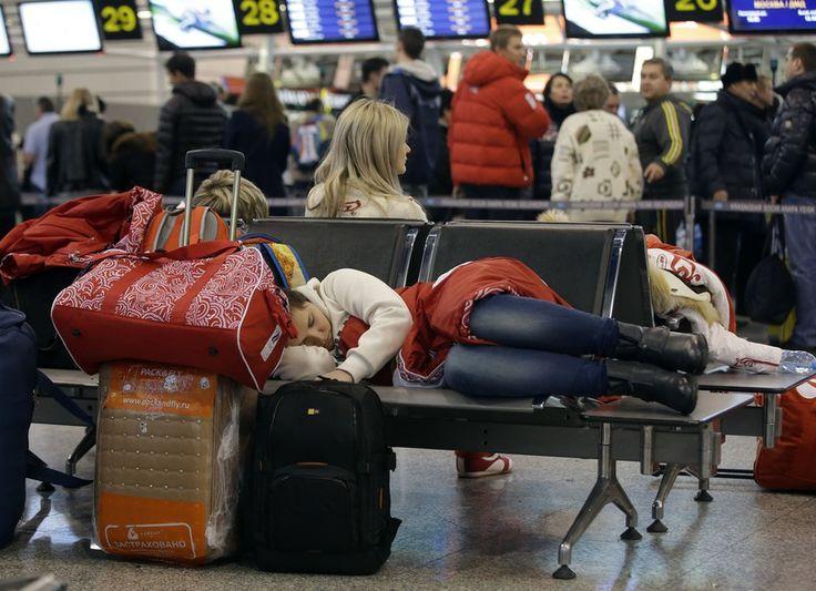Passageira cochila enquanto aguarda seu voo no aeroporto de Sochi, na Rússia, onde foram realizados até domingo (23) os Jogos Olímpicos de Inverno de 2014 - http://epoca.globo.com/tempo/fotos/2014/02/fotos-do-dia-24-de-fevereiro-de-2014.html (Foto: AP Photo/Darron Cummings)
