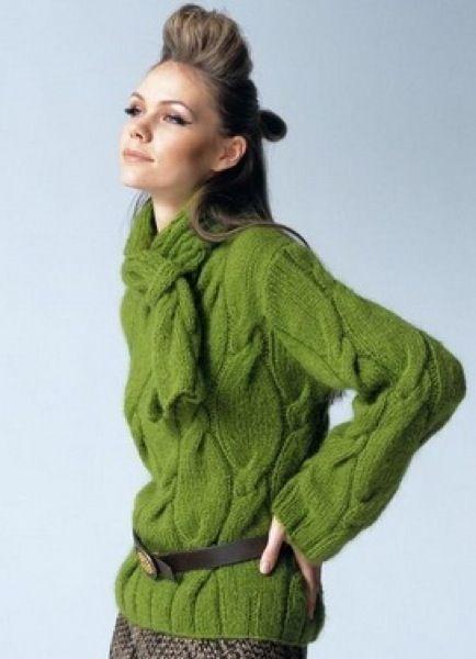 Модный пуловер с объемным узором вязаный спицами