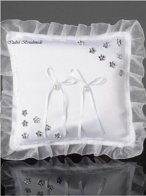 Sierlijke ringkussen voor uw Trouwdag met stras bloemetjes. Met twee strikjes om de trouwringen vast te binden. Verkrijgbaar in de kleur wit of ivoor. -