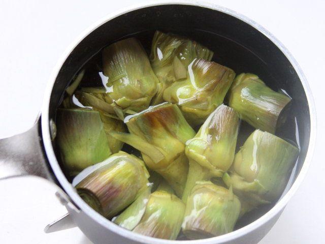 ARROSTO DI POLLO CON CARCIOFI E PATATE NOVELLE 4/5 - Fate scottare per un minuto sia i carciofi che le patate in acqua salata precedentemente portata a ebollizione.