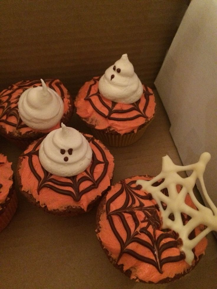 Halloween cupcakes / spider web / ghosts / chocolate