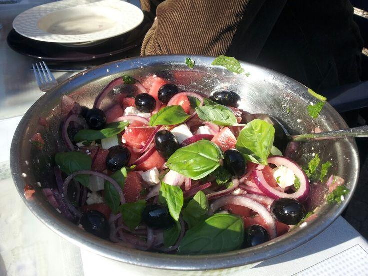 frisse salade van watermeloen, rode ui, feta en basilicum