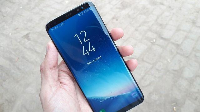 Décidément, les flagship de Samsung connaissent quelques problèmes avec leur batterie ces derniers temps ! Après les Galaxy Note 8 qui ne veulent plus s'allumer suite à une décharge complète, voici qu'un nouveau bug concernant le Samsung Galaxy S8 draine sa batterie sans que l'utilisateur ne puisse rien y faire !