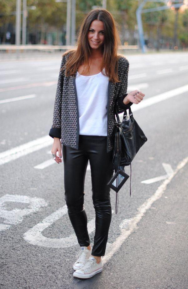 Den Look kaufen: https://lookastic.de/damenmode/wie-kombinieren/jacke-traegershirt-leggings-niedrige-sneakers-shopper-tasche/5044 — Weiße Niedrige Sneakers — Schwarze Lederleggings — Schwarze Shopper Tasche aus Leder — Graue Tweed Jacke — Weißes Trägershirt