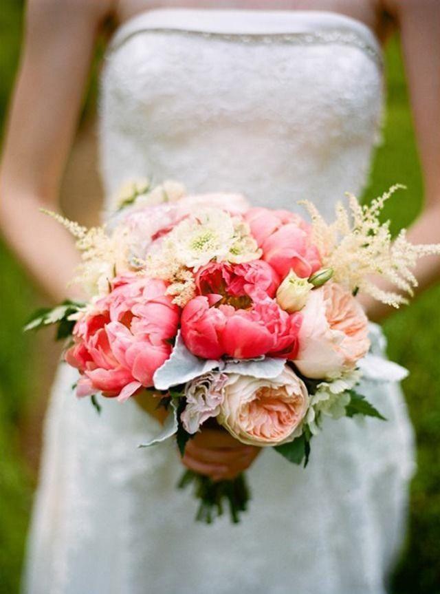 bouquet de mariée champêtre de pivoines corail et pêche