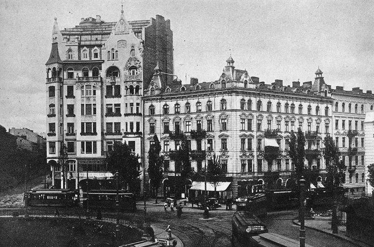 """Plac Zbawiciela z widoczną Kamienicą Jasieńczyka-Jabłońskiego (pierwsza z lewej).  fot. przed 1939 r., źr. """"Warszawa na starej fotografii"""""""
