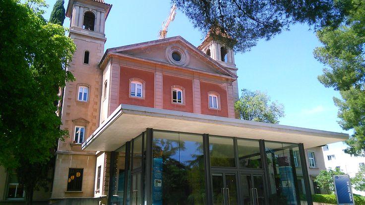 """La Torre Girona. A kápolna bejárata, ami elé egy ultramodern kinézetű """"előszobát"""" fabrikáltak."""