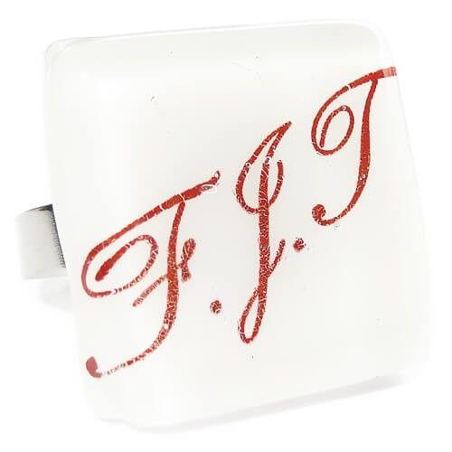 In opdracht gemaakt. Glazen ring met naam en/of initialen in het glas. Unieke glasfusing sieraden met naam.