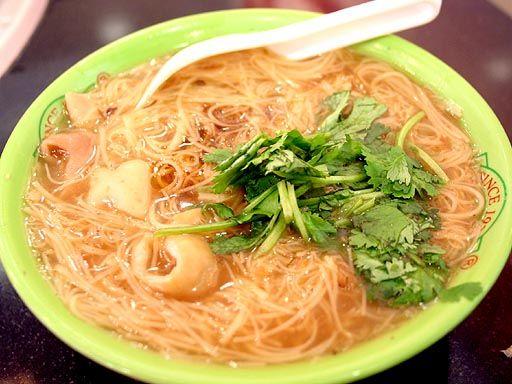 台湾で人気の屋台メニュー 大腸麺線  台湾料理の「麺線」は日本のそうめんによく似ています  台湾の食文化を支えてきた料理のひとつに「麺線」があります。麺線とは、日本のそうめんによく似た、台湾独自の細い麺のこと。豚の大腸が入った「大腸麺線」と、磯の風味豊かなカキの入った「カキ麺線」の2種類があり、いずれも臭豆腐と並ぶ、台湾の人気の屋台料理なんですよ。   西門町にある「阿宗麺線」は、そんな大腸麺線の有名店中の有名店。鰹ダシの効いた、とろみとコクのあるピリ辛スープと、柔らかな麺線が独特の味わいを奏でます。一口食べれば止まらなくなる美味しさに、行列の出来る店として有名なのにも思わず納得。伝統の味としても注目を浴びている大腸麺線は、並んででも食べる価値ありです!