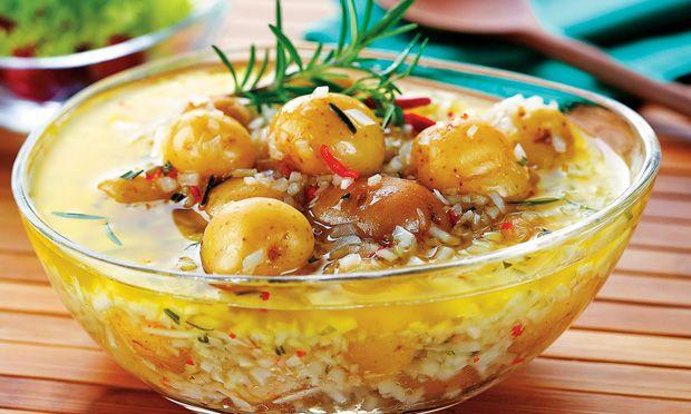 Receita de batata em conserva com alecrim. (pode adicionar outros ingredientes, tipo azeitonas, ovinhos de codorna, legumes, etc.)