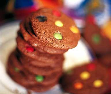 Recept på färgglada kakor med Non stop och choklad. Chocolate-cookies är en favorit i Amerika och du gör kakorna av margarin, socker, ägg, mjöl, kakao och Non stop-godis. Perfekta att servera till kalas.