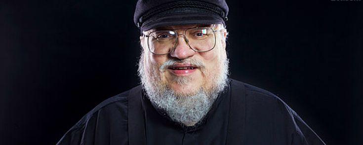 """Enquanto escreve o sexto volume de """"As Crônicas de Fogo e Gelo"""", George R.R. Matin, o autor de """"Game of Thrones, anunciou que está trabalhando em três novas séries para a HBO.  Fonte: http://www.adorocinema.com/noticias/series/noticia-113893/"""