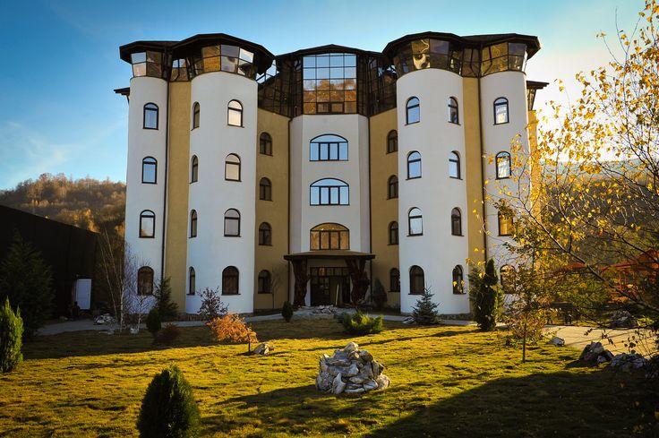 """Hotelul """"Castelul de Vis"""" situat pe drumul national DN66, la intrarea in orasul Petrosani, va ofera servicii hoteliere incepand de la pretul de 90 ron. La cerere se pot organiza drumetii, rafting pe raul Jiu, parapanta si catarari pe stanca. Castelul de Vis are in total capacitatea de 28 de camere cu paturi matrimoniale. Camerele sunt intitulate simbolic si reprezentativ: """"Turnul Cavalerului"""" (16 camere), """"Iatacul domnitei"""" (8 camere) si """"Salonul Regelui"""" (4 camere)."""