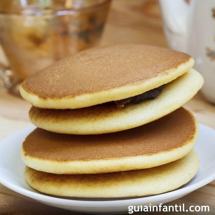 Cómo hacer Dorayakis de chocolate para la merienda o el desayuno de los niños. Receta sencilla para niños basada en los dibujos de Doraemon.