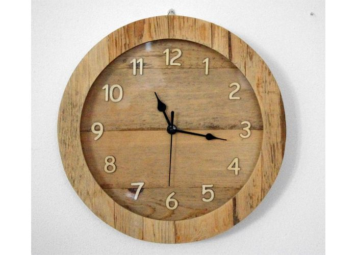 Orologio da parete realizzato interamente con legno di recupero e numeri realizzati in compensato. Particolarmente adatto ad arredare la tavernetta o qualsiasi ambiente sia tradizionale che rustico. #orologio, #design, #design, #recycling, #riutilizzo, #upcycling, #arredamento #woodclock #orologiolegno