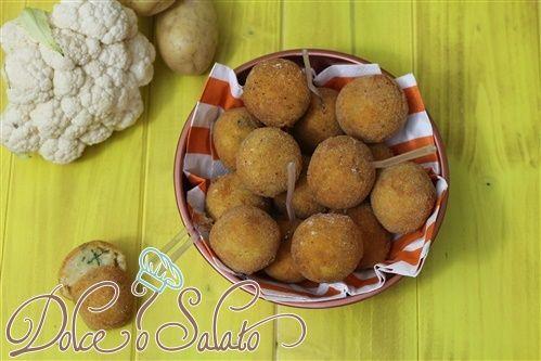 Compatte e delicate, le #crocchette di #patate e #cavolfiore sono ottimi da preparare per contorni golosi e sfiziosi, freddi e caldi.