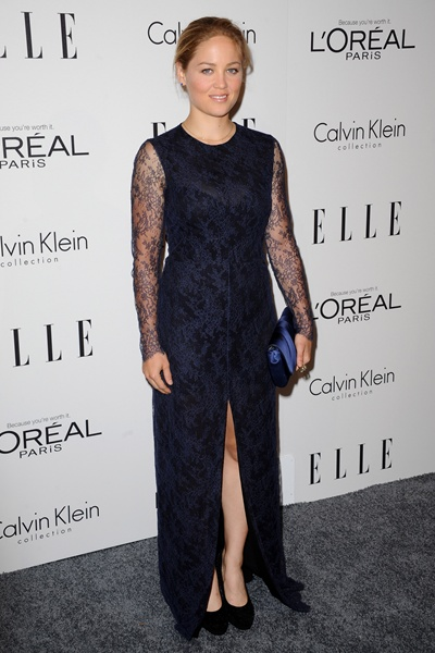 I love that Erika Christensen never seems to age. Except for her clothes. This is the dress of a 60 year old woman.