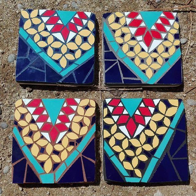 Ok! Time to choose the grout we like the most!! From top-left to right we have: blue / grey / brown / black. Whats your favorite? ⭐ Qué lechada te gusta más? De arriba a abajo y de izquierda a derecha: azul / gris / marrón o negra!#mosaic #mosaico #ceramic #ceramica #lechada #grout #grouting #tile #tiles #choosing #brokentiles #craft #barcelonamosaic #handcrafted #handmade #hechoamano #artesanal #artesania #cerámica #colors #coasters #coasterset
