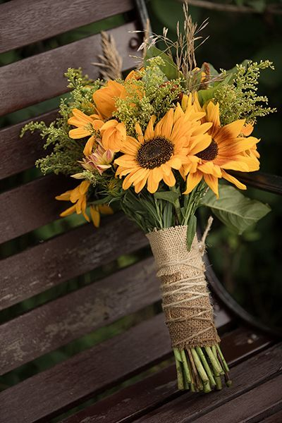 Buquê de girassóis, para casamento rústico diurno | Rustic Wedding + Bridal bouquet with sunflowers