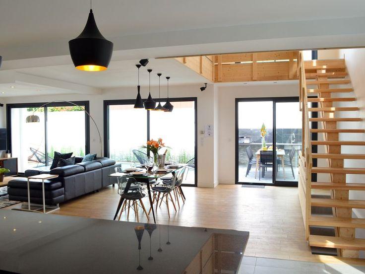Location vacances villa Biarritz: Vue depuis la cuisine sur le coin repas et le séjour