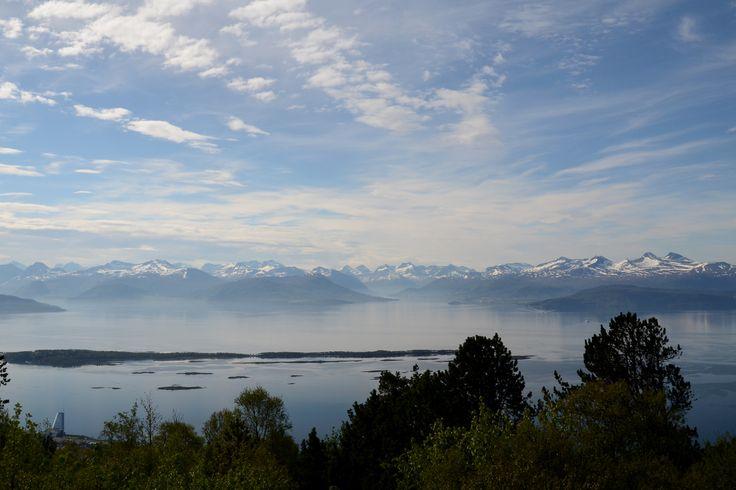 The Moldefjord gives a nice broad view from Varden, the top of the town Molde / Uitzicht van Varden bij Molde over de Moldefjord.