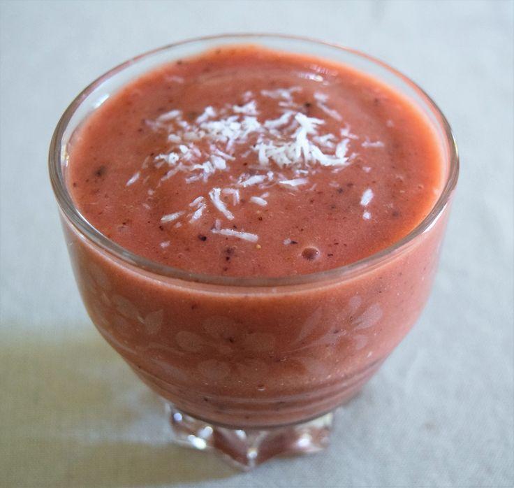 Smoothie rose aux fraises et myrtilles