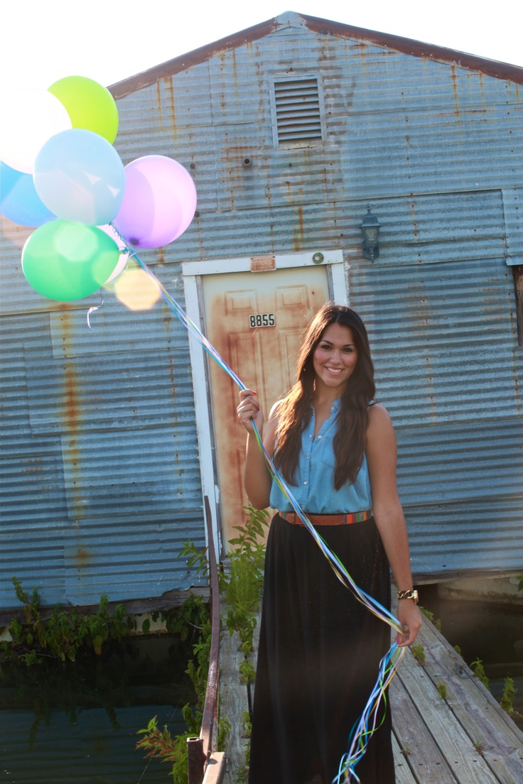 Graduation photo ideas - school colors for balloons.